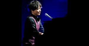 山崎育三郎がピアノの演奏している画像