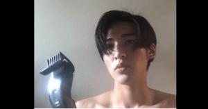 目黒蓮が自分で髪を切る画像