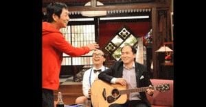 トレエン斎藤さんがギターを弾く画像